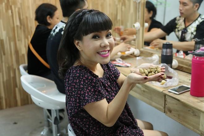 Việt Hương ăn lạc luộc và khoai luộc ở hậu trường