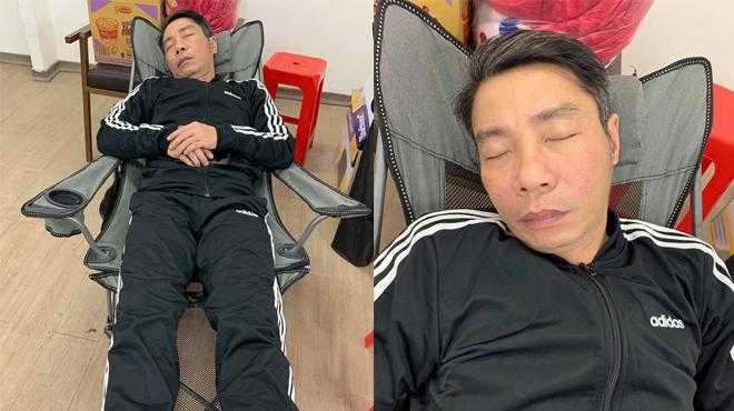 Nghệ sĩ ngủ gục sau 15 tiếng tập luyện Táo Quân 2021